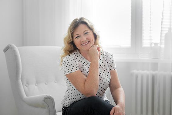 Markéta Demlová assise dans un fauteuil blanc