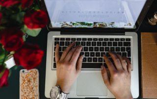 Ruce píšící na klávesnici notebooku